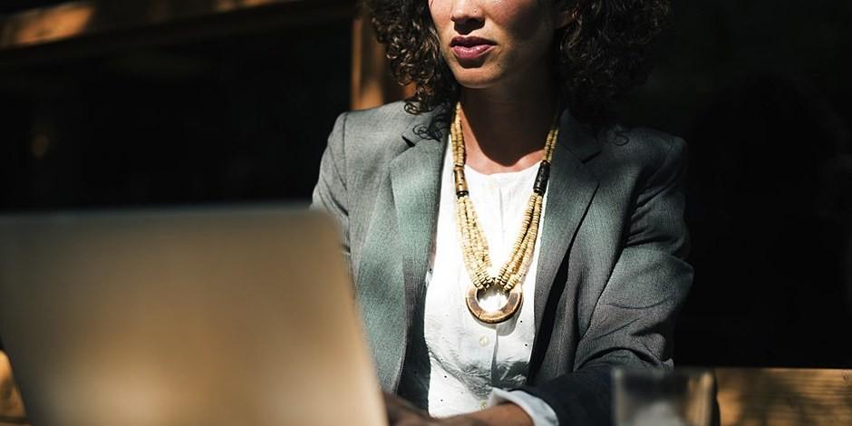 Etre fille de... ou épouse de... peut faciliter une carrière comme assistante parlementaire... Foto: rawpixel.com / Wikimedia Commons / CC0 1.0