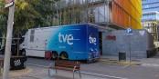 Unité mobile de la TVE devant les locaux de la RTVE à Barcelone. Foto: Adriens / Wikimedia Commons / CC-BY-SA 4.0int