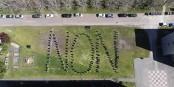 """Les étudiants du campus de Cluny déposent leur """"biaude"""" (blouse grise remise dès l'arrivée pour gommer les différences sociales entre les étudiants). Ils protestent ainsi contre la perte des valeurs de l'école que  représenterait cette hausse des droits d'inscription. Foto: UE ENSAM"""