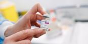 """Das wird ein öder Job, die AstraZeneca-Etiketten durch welche mit """"Vaxzveria"""" zu ersetzen... Foto: Gencat / Wikimedia Commons / CC0 1.0"""