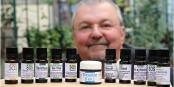 Franck Dautel avec une sélection de ses produits à base d'huiles essentielles. Foto: Eurojournalist(e) / CC-BY-SA 4.0int