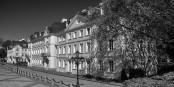Ludwigsplatz, Saarbrücken. Im Hintergrund die Staatskanzlei, wo gerade seltsame Entscheidungen getroffen werden. Foto: lautergold / Wikimedia Commons / CC-BY-SA 4.0int