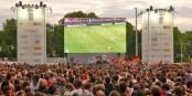 Ob die UEFA für die EM in 12 Ländern neben Zuschauern in den Stadion auch auf Public Viewing besteht? Foto: AxelHH / Wikimedia Commons / CC-BY-SA 3.0
