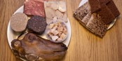 Le « Þorramatur », apéritif dinatoire, ici à base de viande d'agneau fumée, testicule de mouton, saucisse de foie de mouton, boudin d'agneau, requin fermenté, tête de mouton, accompagnés de deux sortes de pains de seigle. Foto:  The blanz / Wikimédia Commons /  CC-BY-SA 3.0