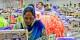 Des ouvriers et ouvrières pakistanais gagnent moins de 100€ par mois, pour travailler dans des conditions dangereuses et éprouvantes. Foto: USAID Pakistan / Wikimedia Commons / CC0 1.0