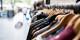 Dans les rayons des friperies et des boutiques de seconde main, il y a de quoi dénicher des articles pour tous les goûts. Foto: Artificial Photography / Wikimedia Commons CC0 1.0