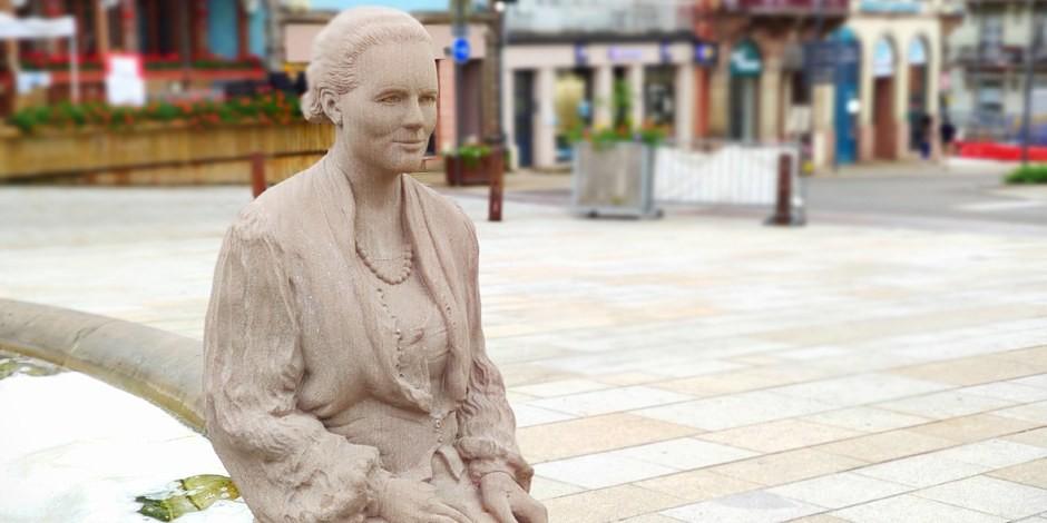 La statue de Louis Weiss, simple représentation en pierre d'une femme aux multiples facettes. Foto:  Anouchka Braig