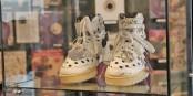 Prince lebte nicht auf grossem Fuss - Schuhgrösse 36/37! Dies sind Schuhe, die Prince auf der Bühne getragen hat. Foto: Eurojournalist(e) / CC-BY-SA 4.0int