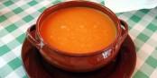 Ici dans sa version traditionnelle, le gaspacho peut aussi avoir d'autres couleurs et être servi dans d'autres contenants. Foto:  Bocadorada  2008_ / Wikimedia Commons / CC-BY-SA 2.0