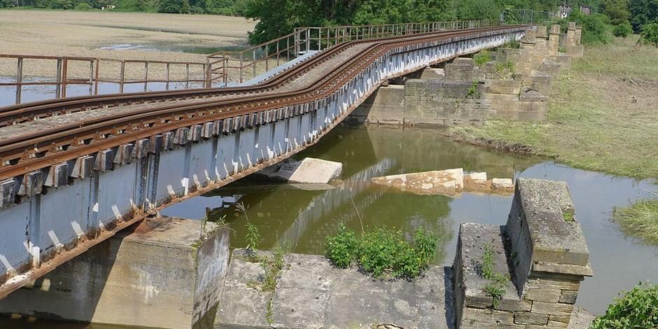Pont cassés, routes impraticables, gares encommagées - les réparations prendront des années et seront très chères. Foto: Dirk Bindmann / Wikimedia Commons / CC-BY-SA 3.0