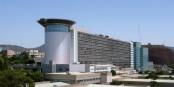 Le bâtiment rectangulaire, typique de l'architecture hospitalière des seventies, a été modifié au fil du temps, pour lui donner par certains côtés, des allures futuristes. Foto:  Mataparda 2008 / Wikimedia Commons / CC-BY 3.0