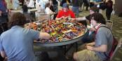 Il n'y a pas d'âge pour jouer aux LEGOs.... Foto: Yusuke Kawasaki from Tokyo, Japan / Wikimedia Commons / CC-BY 2.0