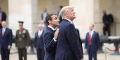 "Macron - ""Da oben waren meine Umfragewerte..;"" - Trump - ""Kenn' ich..."". Foto: U.S. Embassy in France / Wikimedia Commons / PD"