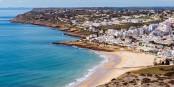 La Praia da Luz, une plage à l'Ouest de l'Algarve, devenue une destination populaire, sans céder pour autant au tourisme de masse. Foto: Bengt Nyman / Wikimedia Commons / CC-BY-SA 4.0