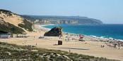 A Sesimbra près de Lisbonne, la partie Sud de la Praia do Meco, est officiellement réservée aux naturistes. Foto: Victor Oliveira / Wikimedia Commons / CC-BY-SA 2.0