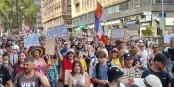 Die samstäglichen Demonstrationen in Frankreich sind friedlich - schade, dass kaum jemand die Barriere-Gesten einhält und/oder eine Maske trägt. Foto: Eurojournalist(e) / CC-BY 2.0
