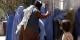 So ist das Leben ab heute wieder in Kabul - ein Sitten- und Religionswächter verprügelt eine Frau, die es gewagt hatte, die Burka abzunehmen. Foto: RAWA / Wikimedia Commons / CC-BY-SA 3.0