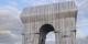 Nach dem Reichstag in Berlin, nun der Arc de Triomphe in Paris - Christo und Jeanne-Claude wirken selbst aus dem Himmel weiter... Foto: Eric Salard / Wikimedia Commons / CC-BY-SA 2.0
