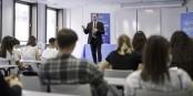 Le directeur du campus ISEG à Strasbourg, Erick Hamel, explique aux 1ères années le fonctionnement de l'école. Un moment important ! Foto: Jonathan Marchal / ISEG