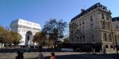 Das Kunstwerk vom Kunstwerk am lichten Nachmittag, erspäht aus der Avenue Carnot, einer der Strahlen des Étoile, dem großen Stern von Paris. Foto © Michael Magercord