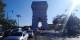 Der Blick von Norden aus der Avenue de Wagram offenbart die Schattenpartie des Kunstwerks vom Kunstwerk auf der Verkehrsinsel. Foto: © Michael Magercord