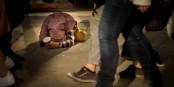 Un enfant-mendiant, dans l'indifférence la plus totale. Foto: Dwayne Reilander / Wikimedia Commons / CC-BY-SA 4.0int