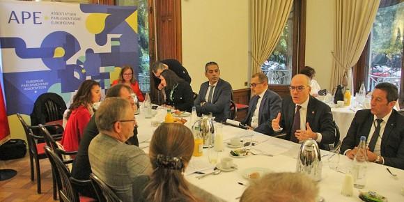 """Ambassadeur Nabil Ammar (2e à droite) a souligné que la Tunisie se trouve sur le chemin vers une """"vraie"""" démocratie. Foto: Eurojournalist(e)"""